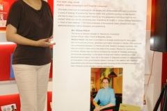 Tjanjin-_Mirjana-pored-plakata-koji-najavljuje-promociju-njene-knjige-scaled